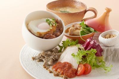 """グランプリメニュー「茨城にメロメロ ~素晴らしき茨城の""""食""""に愛を込めて~」。器はスペインの陶芸家の作品を使用"""