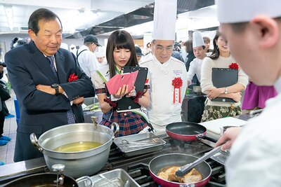 陳委員長やSA・PAグルメアンバサダーのもえのあずきさんも調理を見学