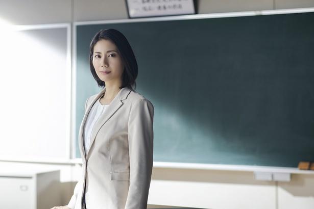 【写真を見る】こんなに美しい数学教師がいたら偏差値爆上がりでしょう!