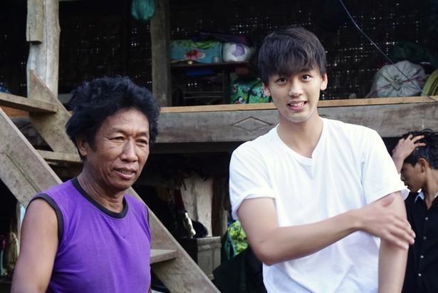 竹内涼真は、ミャンマーの7人家族の家にホームステイする