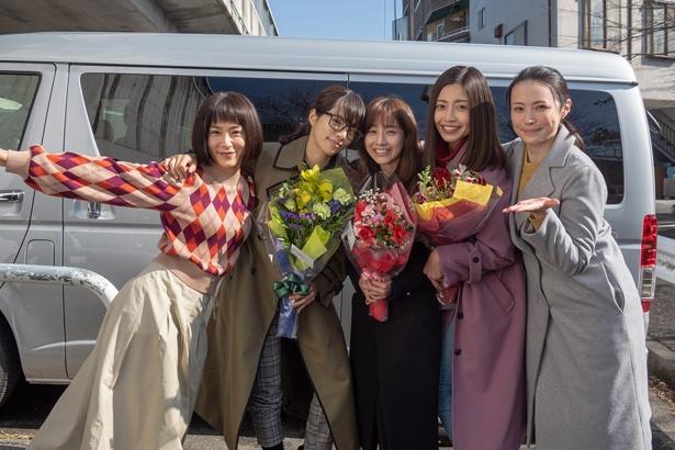 【写真を見る】クランクアップを迎えた山口紗弥加、桜井ユキ、田中みな実、片瀬那奈、美村里江(写真左から)
