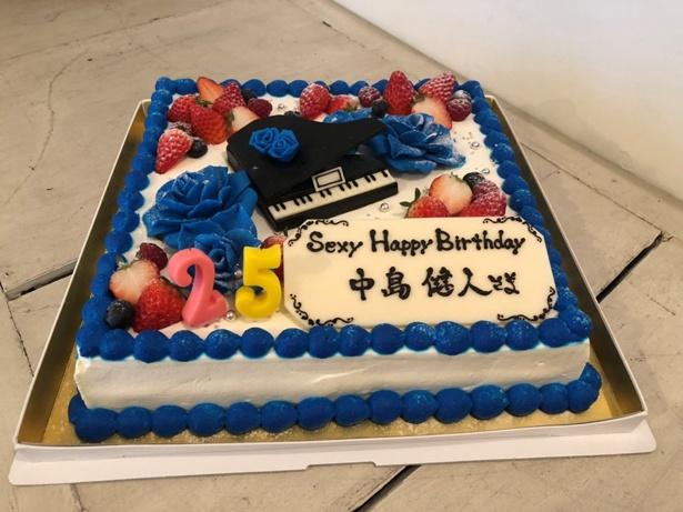 """【写真を見る】""""心のケンティーローズ""""青いバラが散りばめられたスペシャルケーキ"""