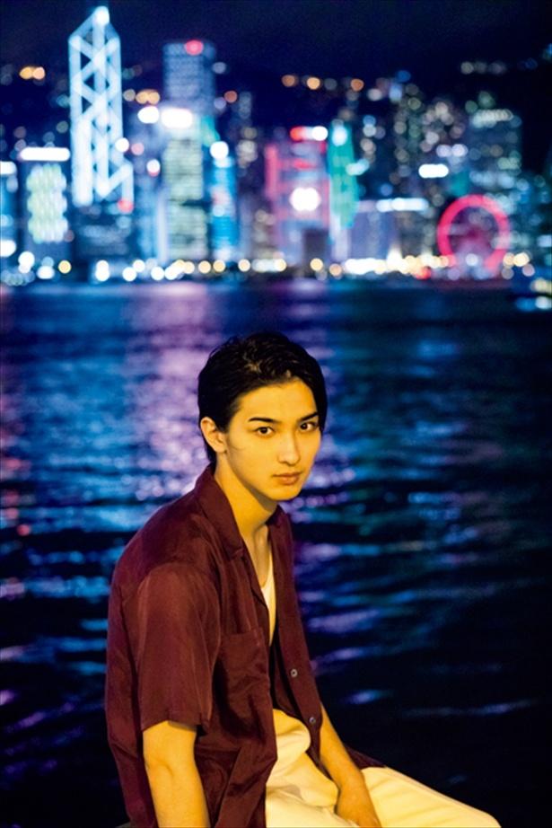 夜景をバックに前髪を上げた横浜流星にドキッ!ワイルドなカットを先行公開!