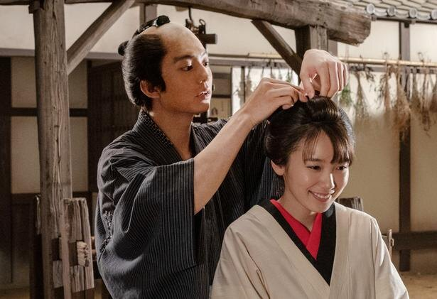 【写真を見る】弥吉(伊藤健太郎)とおたね(飯豊まりえ)の幸せそうな一コマ