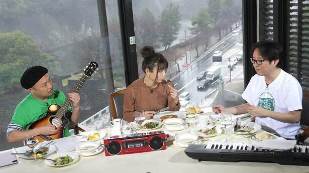 【写真を見る】語って、食べて、楽器を弾いてという不思議な光景が繰り広げられる