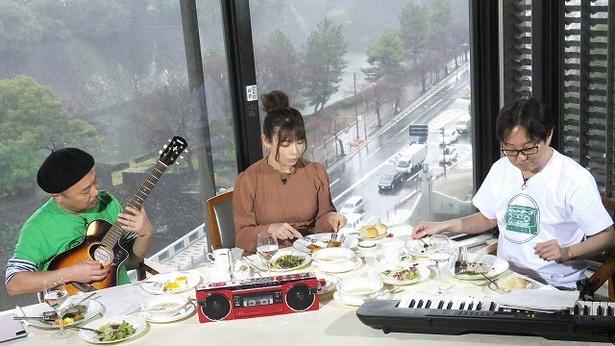 語って、食べて、楽器を弾いてとお忙し