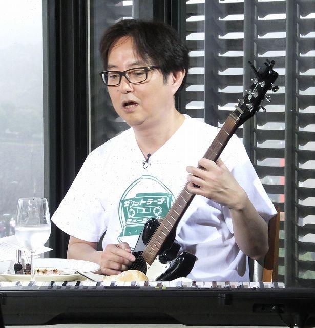スージー鈴木もエレキギターを手にしてトーク