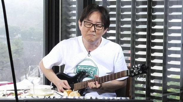 ギターソロの名フレーズを奏でるスージー鈴木