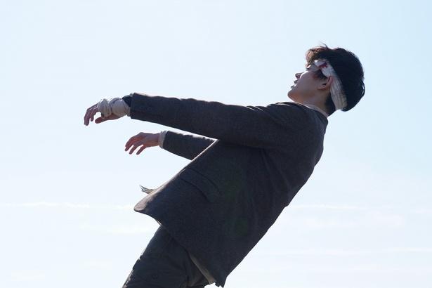 【写真を見る】全てを語った後、柊一颯(菅田将暉)が屋上から身を投げようとする瞬間は何度見てもゾクゾクだ