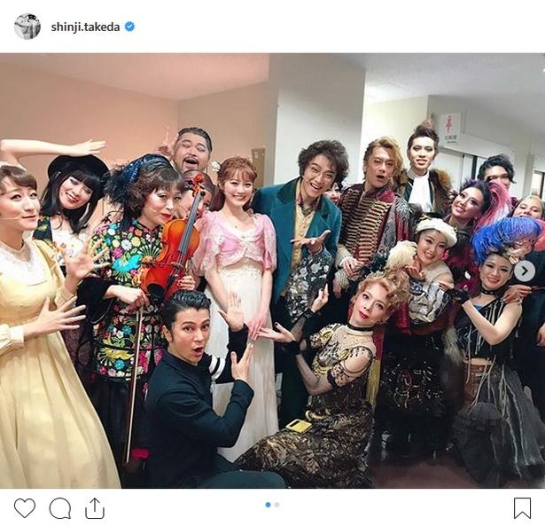 【写真を見る】生田絵梨花の誕生日を祝う井上芳雄、武田真治ら
