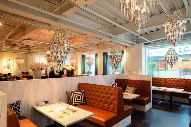シャンデリアがともるラグジュアリーな空間にソファー席を配置/FONDUE by CHEESE CRAFT WORKS茶屋町
