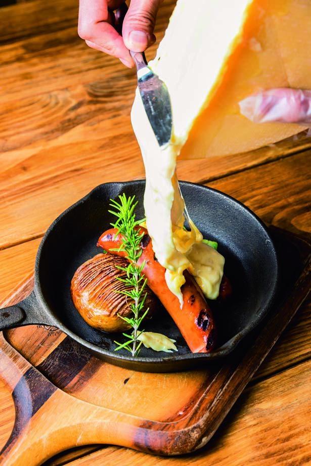 グリルプレートA~超あらびきソーセージ&ハッセルバックポテト~(1857円)/Cheese Cheers Cafe 三宮