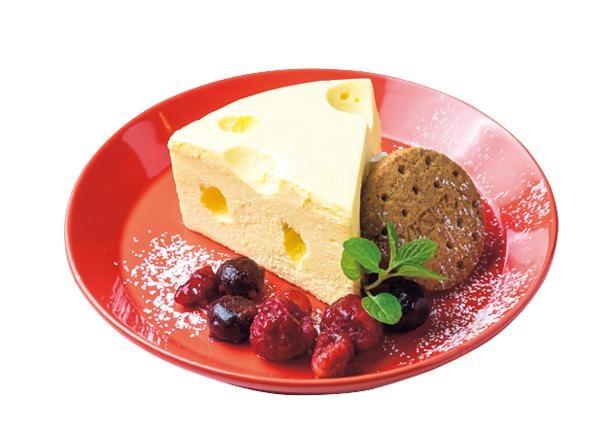 【写真を見る】絵本に出てくるようなレアチーズケーキ、チーズ×チーズ×チーズ(754円)/Cheese