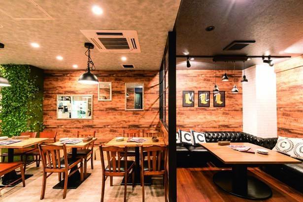 まるでロッジのような居心地のよさで落ち着く店内/Cheese Cheers Cafe 三宮