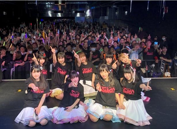 【写真をみる】ステージを終えたばかりの笑顔がまぶしい、てぃんく♪の9人