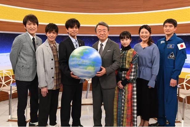 (左から)千原ジュニア、岸優太、井ノ原快彦、池上彰、本田望結、沢松奈生子、大西卓哉宇宙飛行士