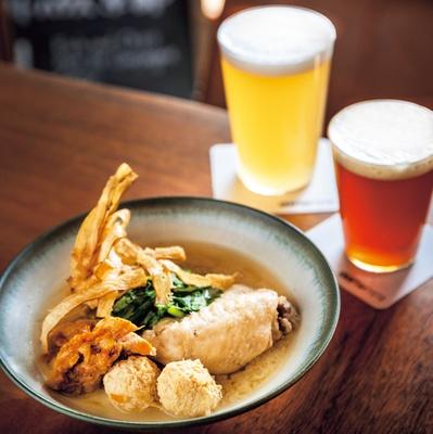 食べてほしいNo.1は写真手前の「鶏の煮込み ~白味噌風味~」(1200円)/Crafthouse Kyoto 七条高瀬川