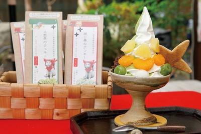 たっぷりの抹茶ソフトに手裏剣かたやきが付く「忍者パフェ」(写真右、780円)