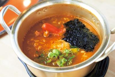 【写真をみる】辛さがクセになる牛天辛ラーメン(626円)/立食焼肉 大阪ソソカルビ