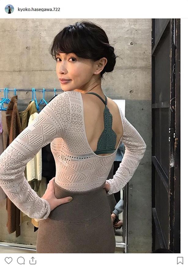 背中ザックリの長谷川京子の衣装にも注目が