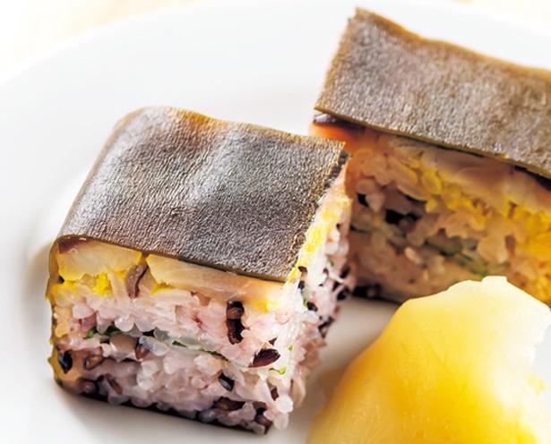 シメアジとシャリ、青ジソなどが絶妙なバランスの鯵寿司(486円)/澄吉