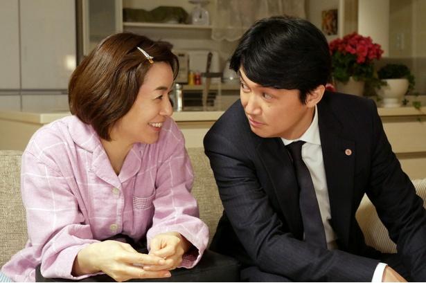 ドラマ「集団左遷!!」(TBS系)で、福山雅治(右)演じる片岡の妻を演じる八木亜希子(左)