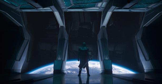 地球を見下ろすロナン(リー・ペイス)。どんな存在として登場するのか…