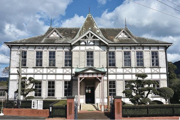 「唐津市歴史民俗資料館」。現在は休館中だが、入母屋造りの大屋根など特徴的な外観を見られる