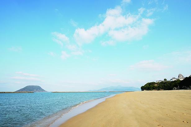 「西ノ浜海水浴場」。撮影のベストポジションを探しながら、静かな浜辺を散策しよう