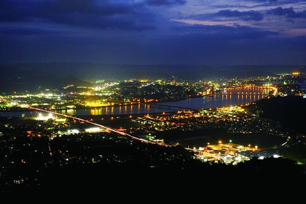 夜景もおすすめの「鏡山展望台」。建物や車の灯りが美しい
