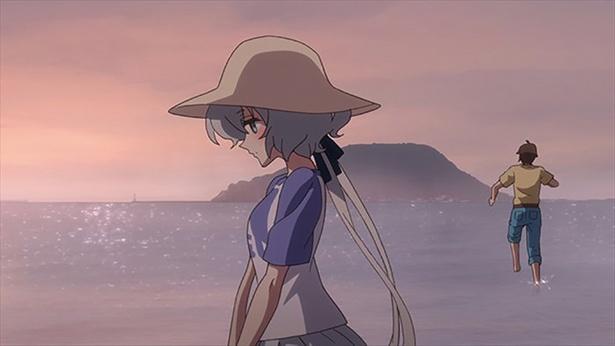 「西ノ浜海水浴場」(第6話より)。アイドルに対する価値観の違いで愛と衝突した純子。落ち込むなか、独り浜辺にたたずむ姿が…