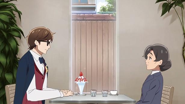 「カフェモカ」(第4話より)。巽幸太郎が店内で商談。やがて窓の向こうに練習に励んでいるはずのさくらたちが…