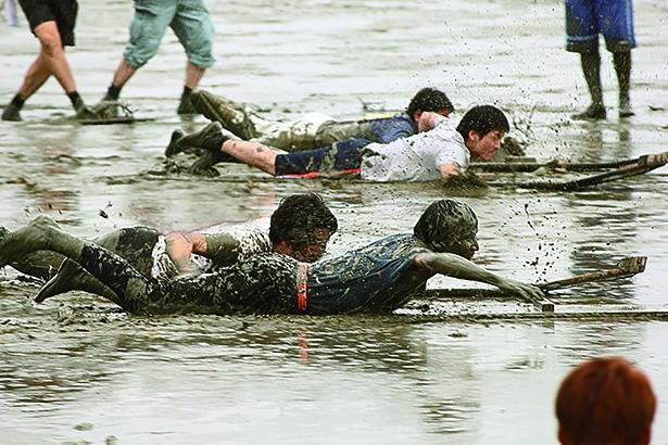 参加者が泥だらけになって競技する「鹿島ガタリンピック」