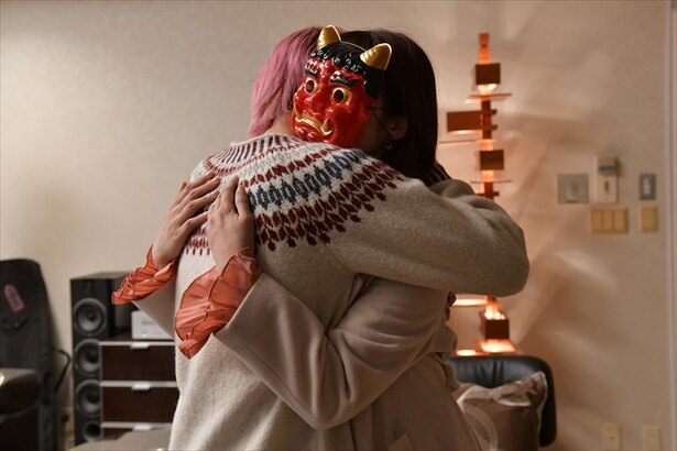 【写真を見る】順子(深田恭子)を抱きしめる匡平(横浜流星)…体温が伝わるハグにうっとり