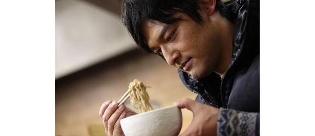 麺を見て表情が締まる王子=シャンプーハット・てつじ