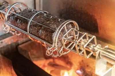 肉を回転させて焼くDジラロースター。均一に火を通し旨味を定着させる/D-Steak