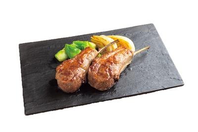 羊乳ソースと香草ソースでいただく仔羊の炭火焼(2700円)。羊乳に漬け込んだくさみのない肉はクリーミーな脂が絶妙/D-Steak