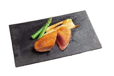 オレンジ・実山椒ソースがアクセントの鴨の炭火焼(3132円)。ブルゴーニュ産の仔鴨胸肉はすっきりと柔らか/D-Steak