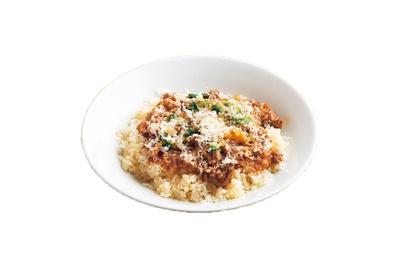 牛肉と香味野菜を煮込んだソースが濃厚なビーフソースライス(夜、648円)。昼は大サイズ、サラダ付きで1080円/D-Steak