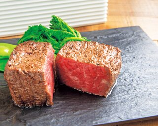 赤身肉を塊でガブリ!想像以上の柔らかさと旨味におどろく「D-Steak」の炭火焼ステーキ