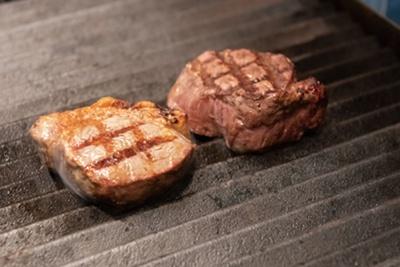 牧草牛の香りや味をしっかり味わえるよう、レアな焼き加減で仕上げる/GOOD GOOD MEAT なんば店
