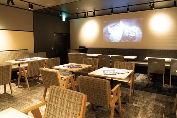 ハイテーブルやソファー席もある(夜は要チャージ)フードホール共用スペース/GOOD GOOD MEAT なんば店