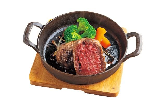 生粋ハンバーグL240g(3780円)は牧草牛の旨味を凝縮。付属コンロで焼き加減の微調整可。M120g(1944円)もあり/GOOD GOOD MEAT なんば店