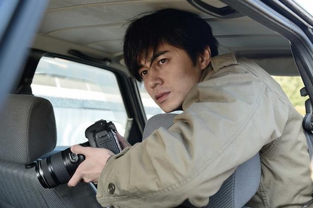 東出昌大演じる佐伯修一。探偵でありながら被害者遺族としてのトラウマも抱える
