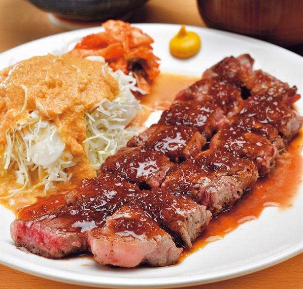 肉汁あふれるステーキは、お代わりOKのご飯と相性抜群のステーキランチ200g(1100円)/道頓堀 あかい 北店