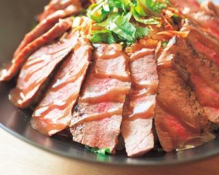 ミディアムレアに焼かれた肉が、柔らかいうえに旨味抜群の国産牛ステーキ丼(1000円)/国産牛ステーキ丼専門店 佰食屋