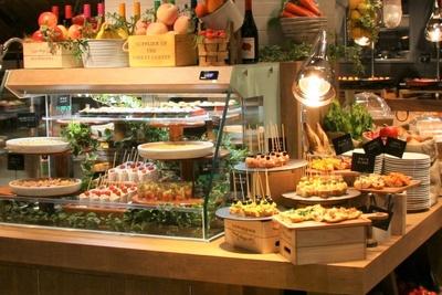 【写真を見る】こだわりの野菜を使った料理が並ぶ