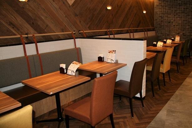 落ち着いた空間のテーブル席