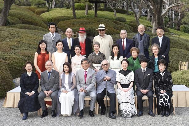 「やすらぎの刻~道」の制作発表記者会見に、倉本聰(最前列右から4番目)ら総勢22人が登壇