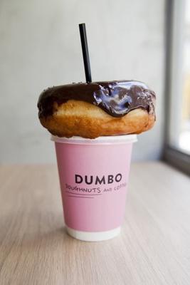 麻布十番に本店を構える、人気のドーナツ店「DUMBO Doughnuts and Coffee アソビル店」の「ドーナツ」と「コーヒー」(各300円)